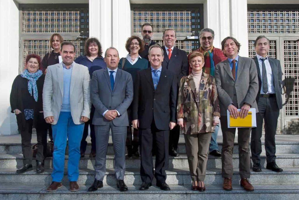 En el centro, Eduardo Dizy y Consuelo Rumí junto al resto de miembros de la Comisión Permanente y otras autoridades del Ministerio de Trabajo, Migraciones y Seguridad Social.
