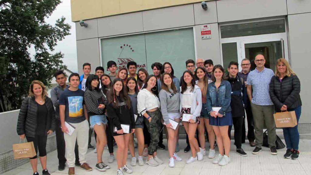 Alumnos del Instituto Santiago Apóstol de Buenos Aires en la sede de la Editorial Galaxia.
