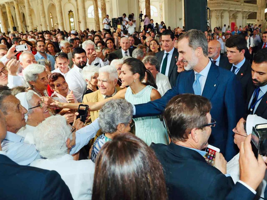 Los Reyes saludaron a muchos de los asistentes al acto.