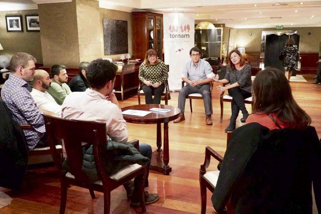 La presidenta del Govern, Francina Armengol, con la entonces vicepresidenta Bel Busquets, y el consejero de Trabajo, Iago Negueruela, explica en Londres el Plan de Retorno del Talento a un grupo de jóvenes baleares residentes en el Reino Unido.
