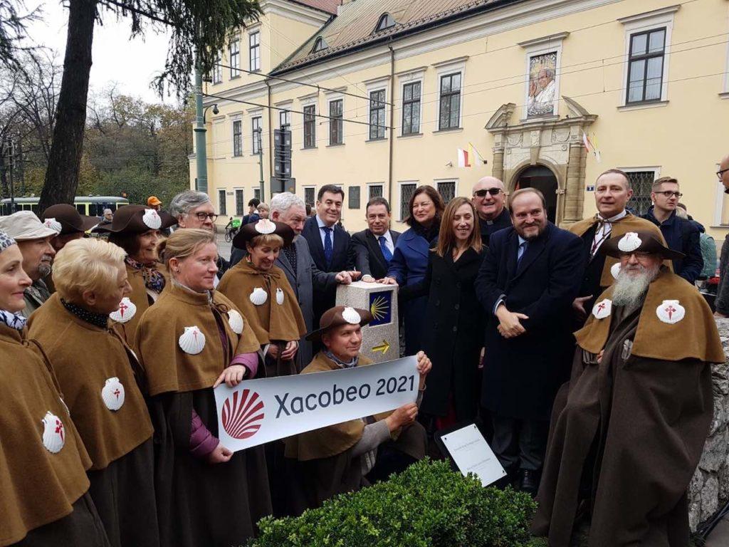 Román Rodríguez, junto al mojón, con autoridades y participantes en el acto de  Cracovia.