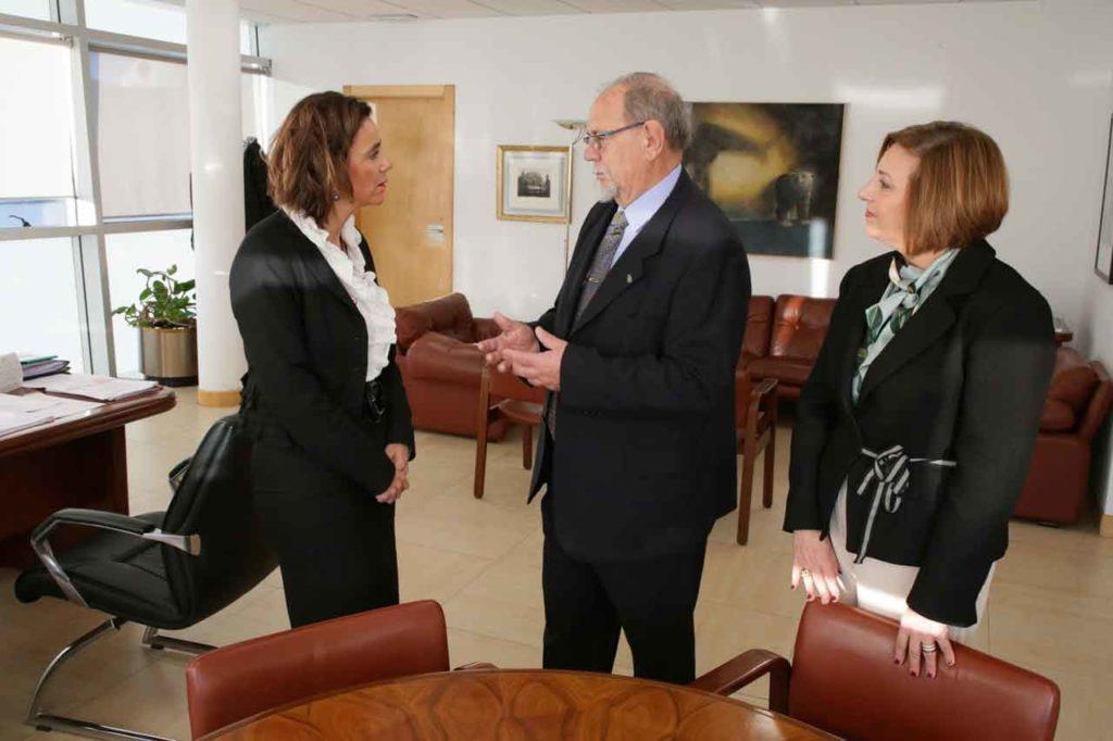 La consejera de Presidencia, Paula Fernández, con el presidente de la Casa de Cantabria en Barcelona, Jesús Ángel Diego Bolado, y la directora general de Acción Exterior, Rosa Valdés.