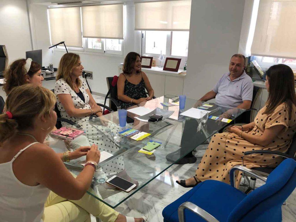 Orientadoras del Retorno del Talento a Cartagena explican el programa al gerente de Hidrogea.