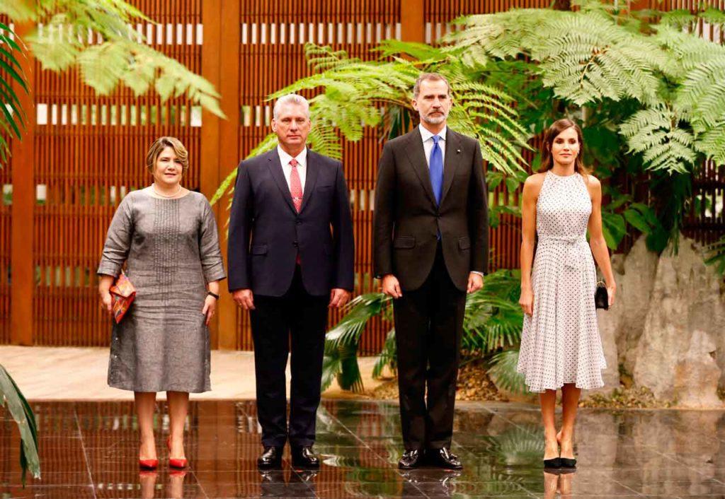 Los Reyes de España con el  presidente cubano y su mujer en La Habana.