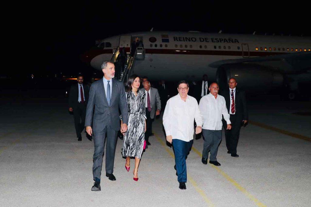 Don Felipe y Doña Letizia a su llegada al Aeropuerto Internacional José Martí en La Habana. Les acompaña el ministro de Relaciones Exteriores de Cuba, Bruno Rodríguez. Detrás, entre otros, el ministro español de Asuntos Exteriores en funciones, Josep Borrell.