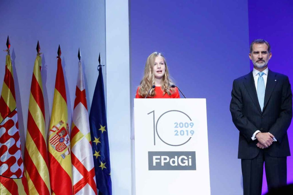 Leonor lee su discurso en los Premios Princesa de Girona acompañada por Felipe VI.