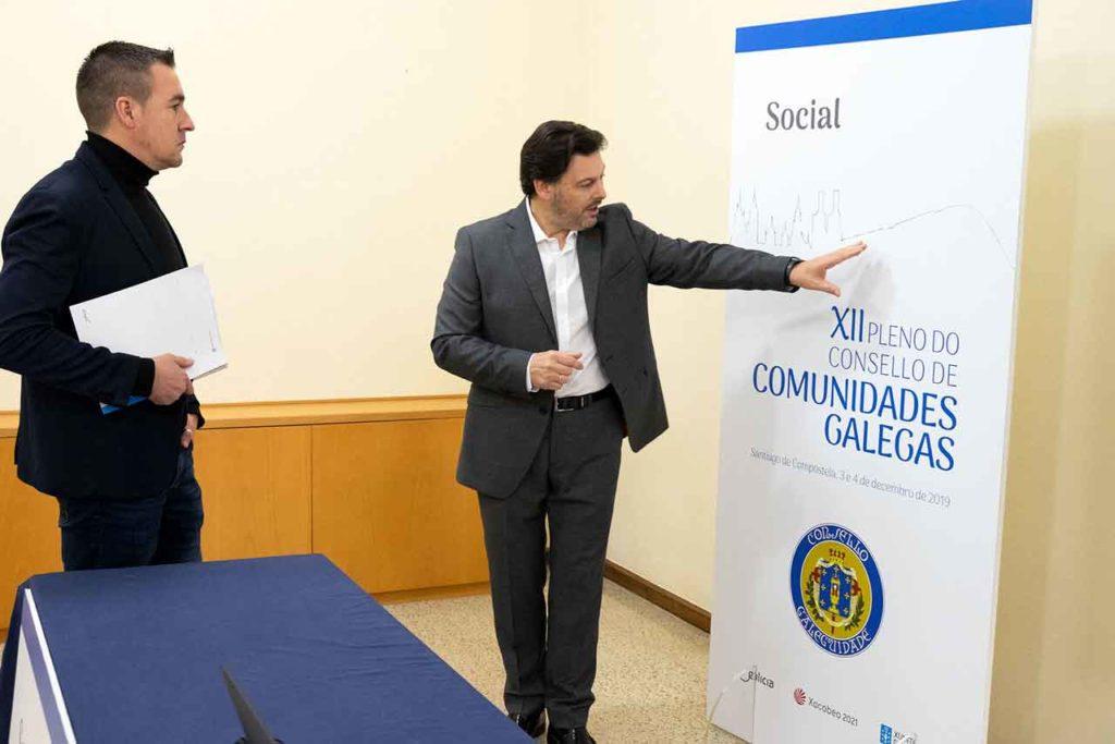 Rodríguez Miranda (dcha) y Antonio Casas durante su visita a las instalaciones que acogerán el XII Consello de Comunidades Galegas.