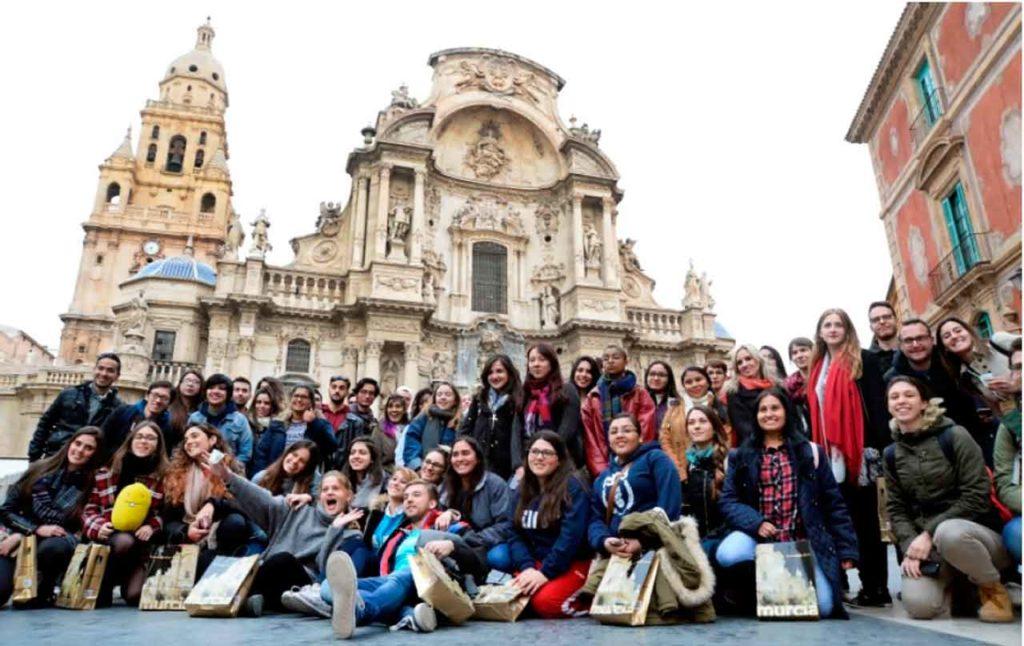 Los alumnos Golondrina del curso 2017-18 delante de la catedral de Murcia durante una ruta guiada por el centro histórico de la ciudad.