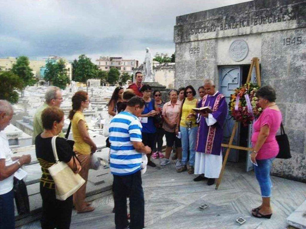 El diácono Raúl Ballate Fernández ofició el responso en el Panteón de la Sociedad Benéfica Burgalesa en La Habana.