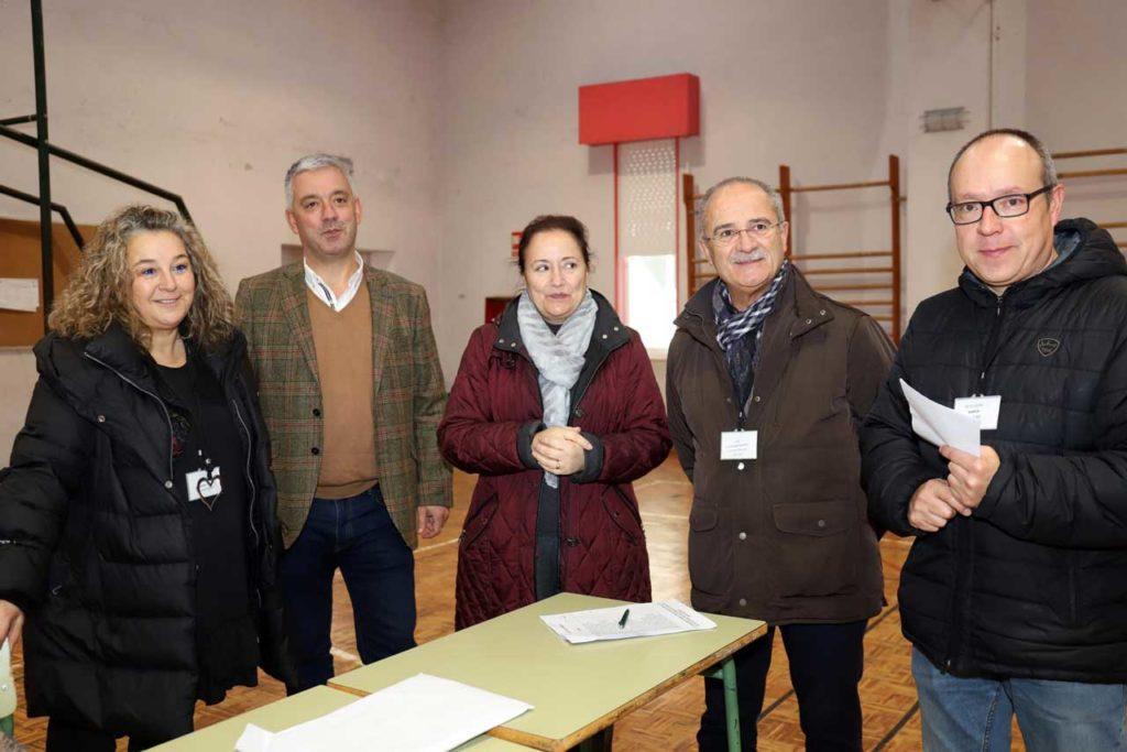 El secretario xeral Valentín García (2º por la izq.) en su visita al IES Antonio Fraguas.