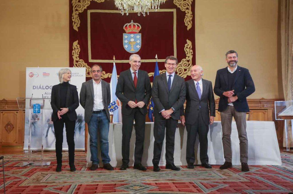 El presidente Núñez Feijóo posa con los firmantes del acuerdo y el conselleiro Francisco Conde y Covadonga Toca, secretaria xeral de Emprego.