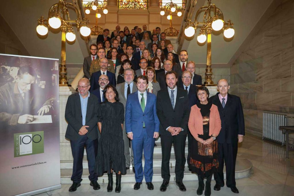 Mañueco e Igea con el resto de autoridades asistentes a la presentación del Año Delibes.