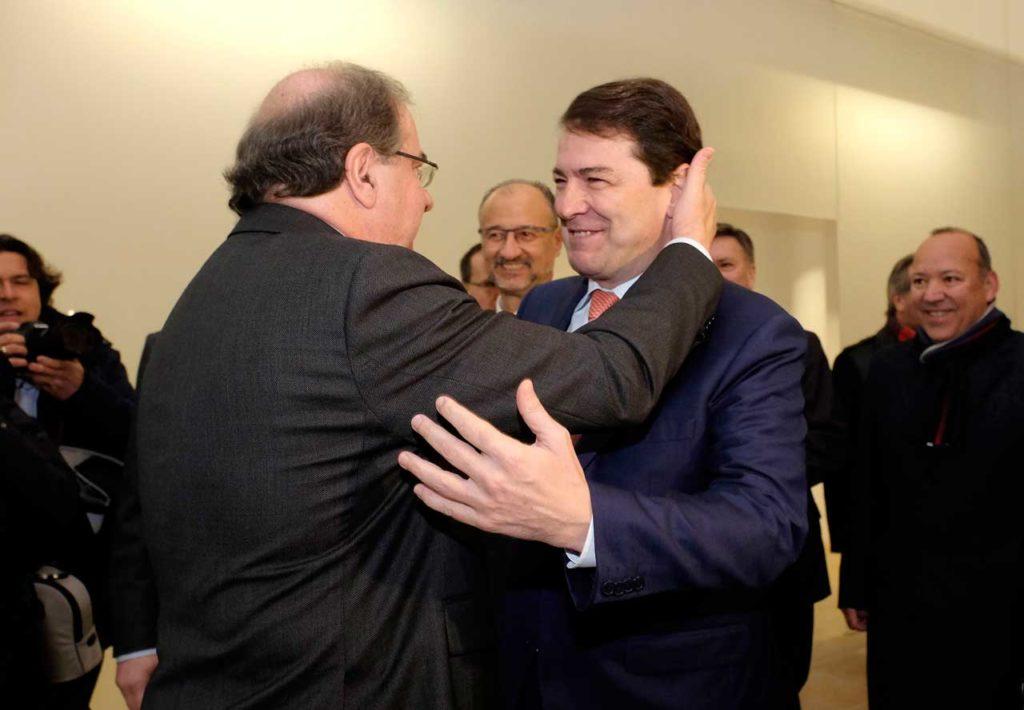 Juan Vicente Herrera y Alfonso Fernández Mañueco se saludan de forma afectuosa.