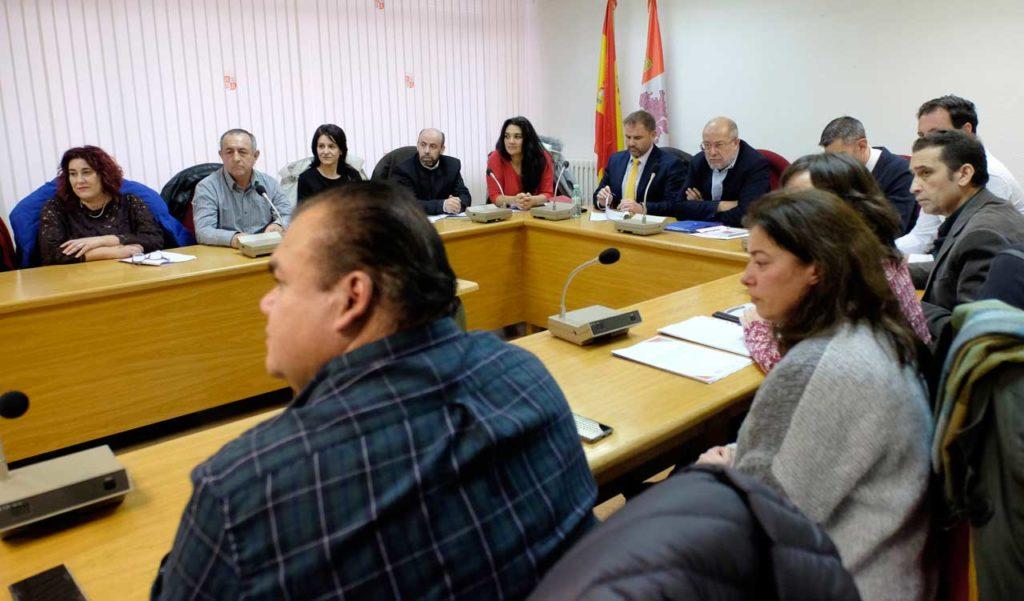 Imagen de la reunión del vicepresidente, portavoz y consejero de Transparencia, Ordenación del Territorio y Acción Exterior, Francisco Igea, con representantes de asociaciones de personas inmigrantes y del sindicato Comisiones Obreras.