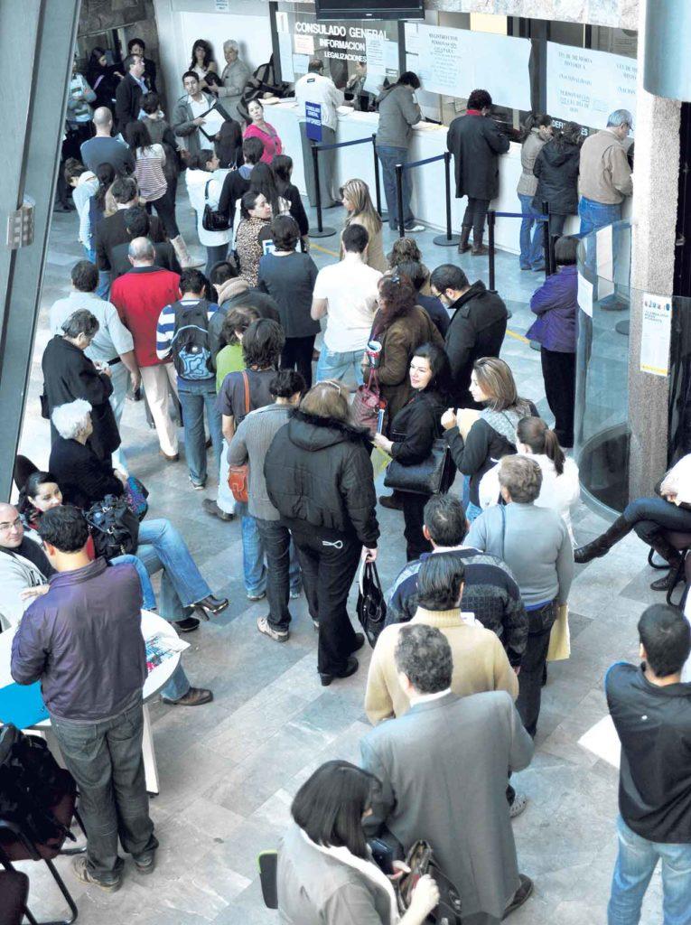 Descendientes de españoles hacen cola para pedir la nacionalidad en el Consulado de España en Ciudad de México.