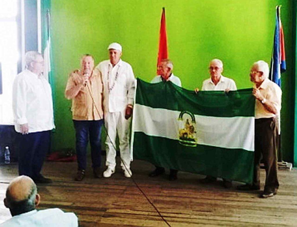 Los empresarios Jose I. Gonzalez Jerez y Juan A. Aguilera Martin entregaron a la directiva del Centro Andaluz de La Habana una bandera de la Comunidad.