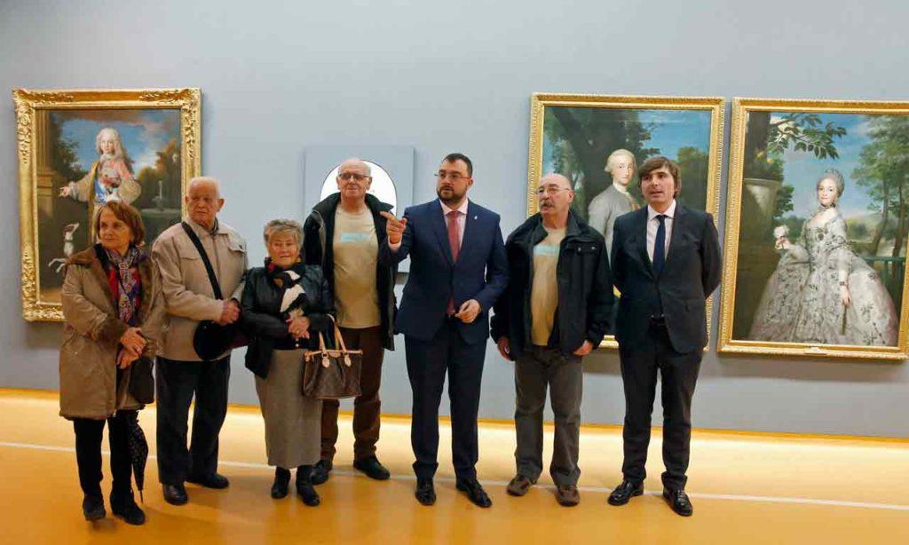 Adrián Barbón, en el centro, con los beneficiarios del programa Añoranza.