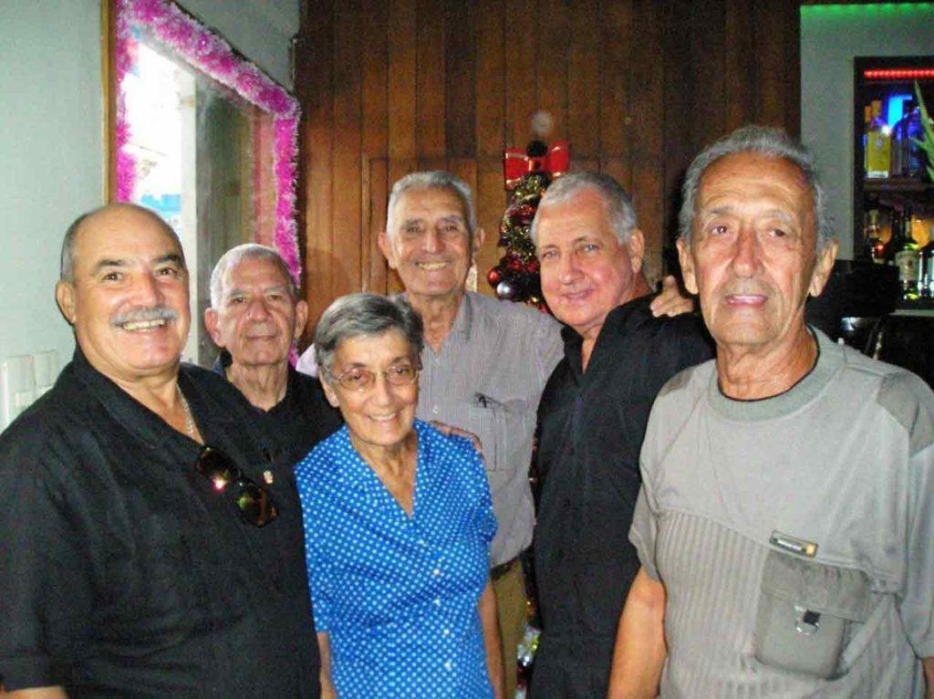 En primer plano María del Carmen y Manuel Basabe del Val (centro y derecha) y el presidente Reinaldo Roja. Detrás Rubén Mesa, Andés Liaño y Luis Combarro.