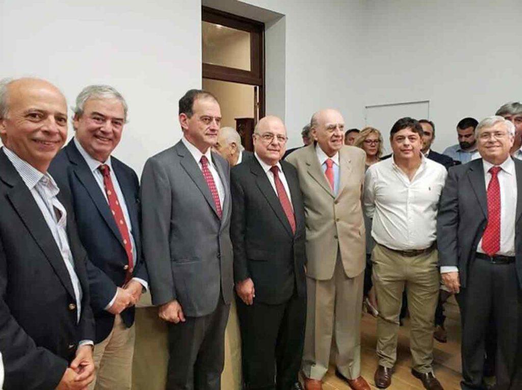 En el centro Alberto Iglesias con el expresidente Sanguinetti.