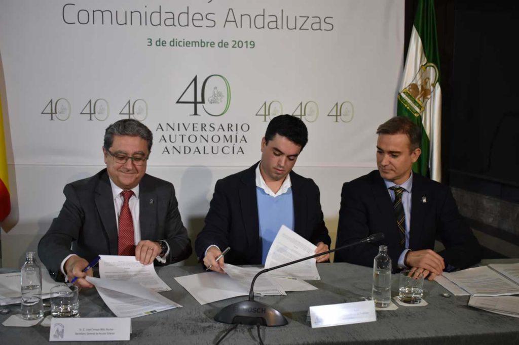 El secretario general de Acción Exterior de la Junta, Enric Millo, y el director del Instituto Andaluz de la Juventud, David Morales, firmaron la prórroga del convenio entre la Consejería de la Presidencia e Inturjoven en presencia del director general de Relaciones con los Andaluces en el Exterior, Amós García Hueso.