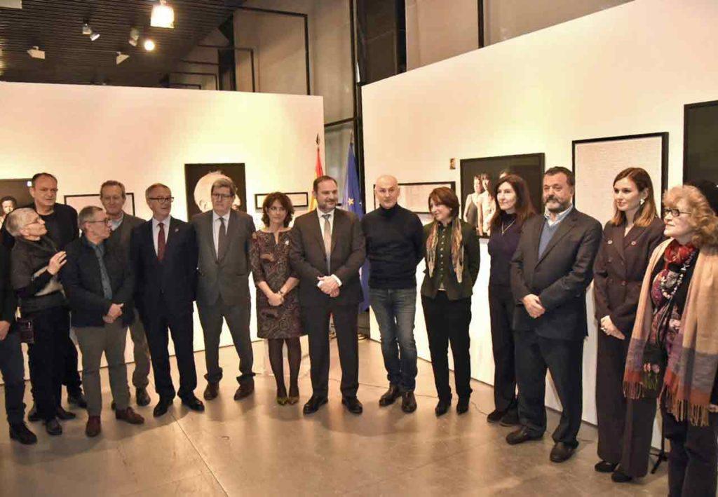Los ministros y otros asistentes a la inauguración de la muestra.