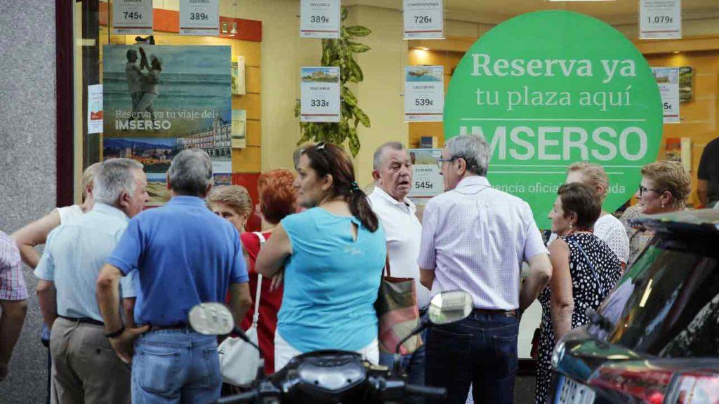 Cola en una agencia de viajes para reservar plaza para los viajes del Imserso.