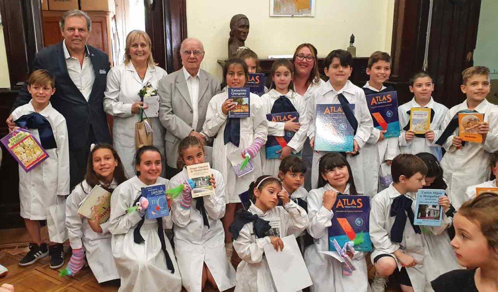 Jorge Torres y Manuel Losa con los niños de la Escuela Galicia.