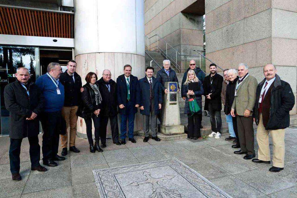 El secretario xeral da Emigración, Antonio Rodríguez Miranda, con los integrantes de la Comisión Delegada saliente ante la nueva Oficina de Atención al Retorno.