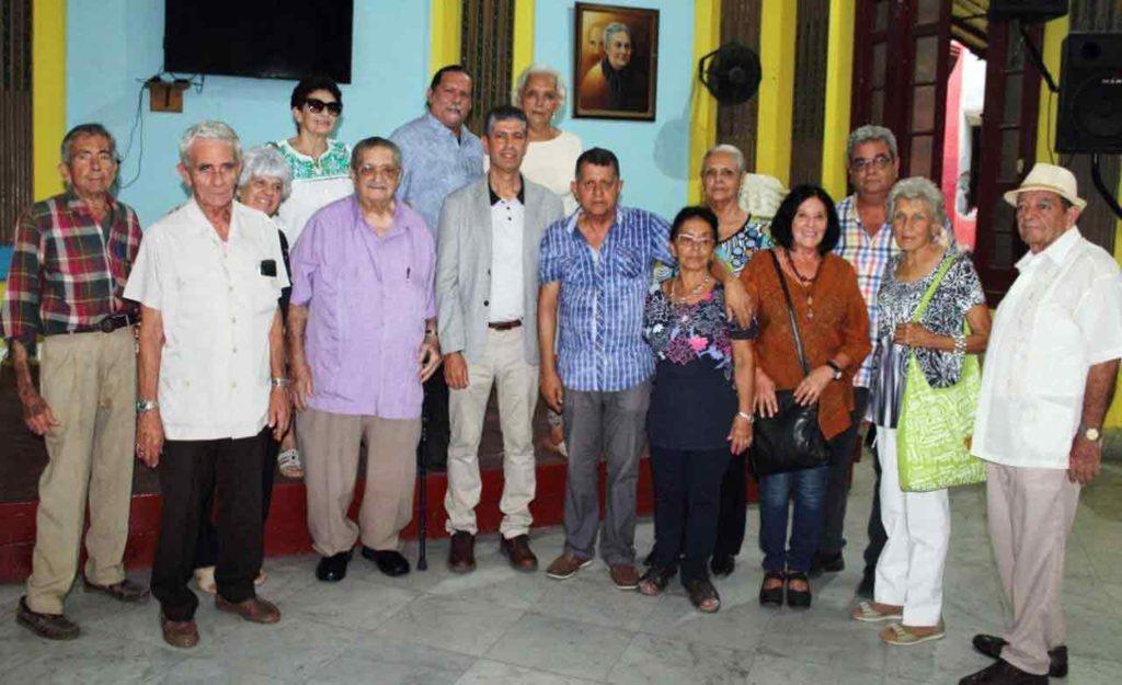El director general de Emigración canario, Manuel Rodríguez, con los principales directivos de la ACC Leonor Pérez Cabrera.