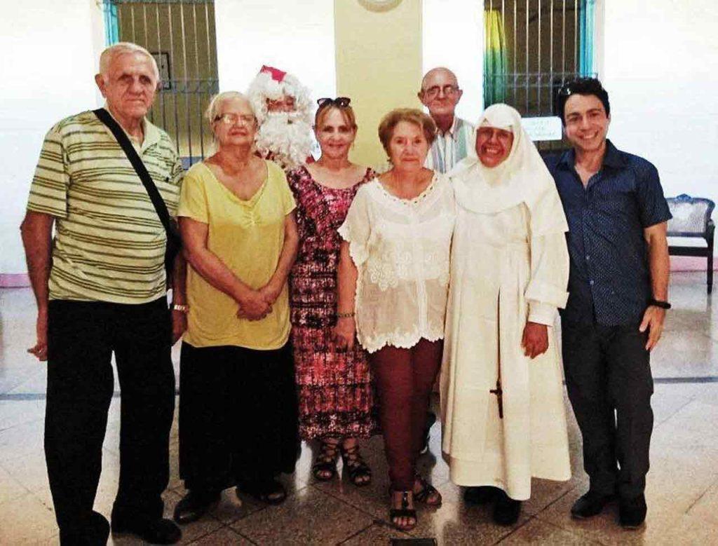 Mari Rico y Sor Catalina con integrantes del Comité Gestor, presidentes de entidades españolas y artistas invitados a la fiesta.