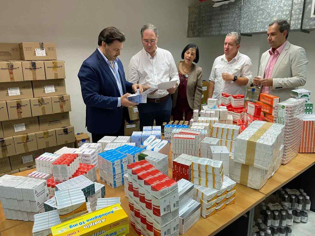 Supervisando el programa de entrega de medicamentos.