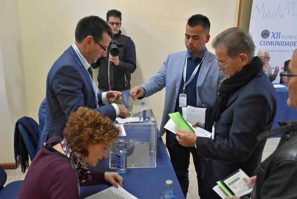Uno de los miembros del Consello votando.