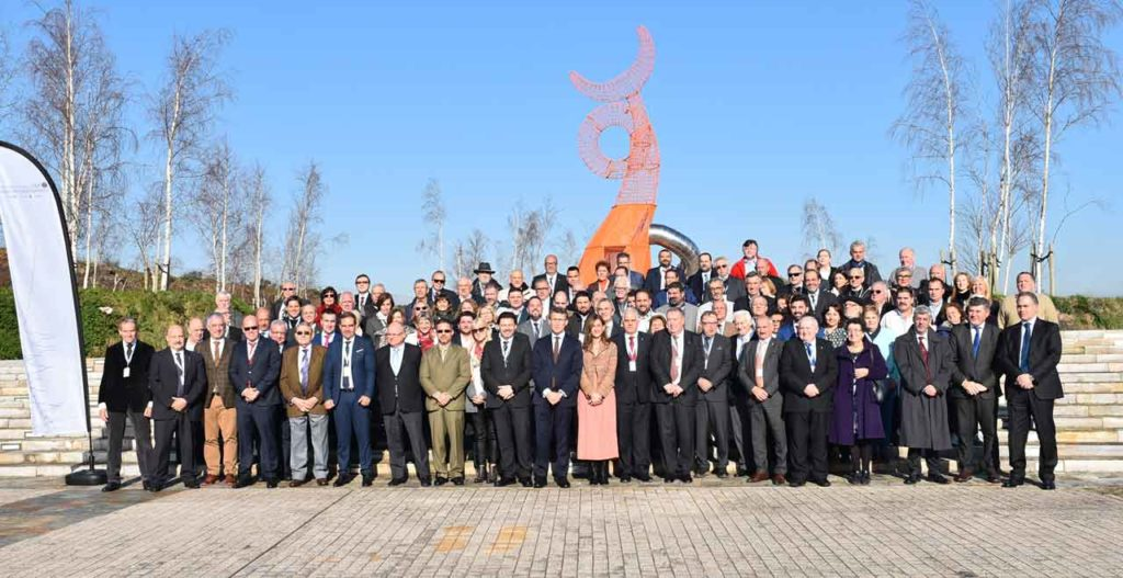 Foto de familia de los miembros del Pleno del Consello de Comunidades Galegas con las autoridades asistentes al acto de clausura del Pleno.