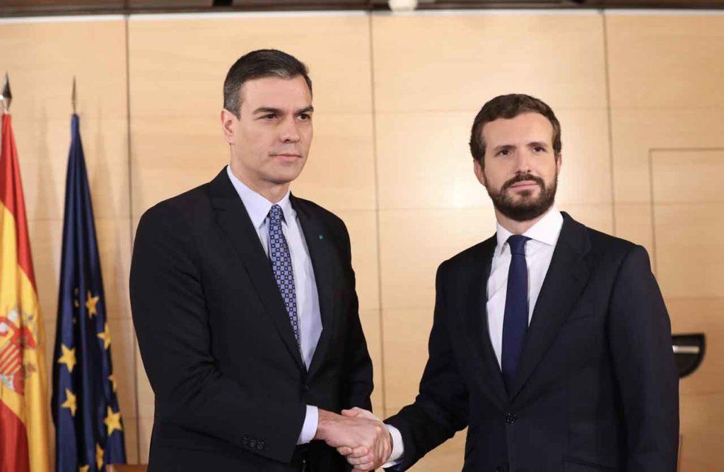 Pedro Sánchez y Pablo Casado durante  su reunión del lunes 16.