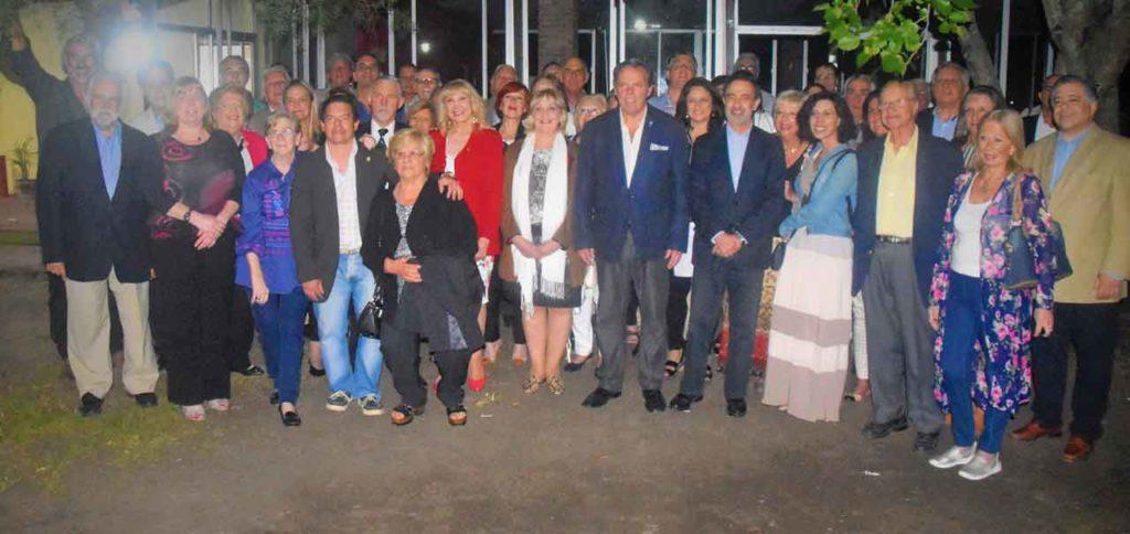 La directiva y los delegados de la FIEU posan con el cónsul José Rodríguez Moyano.