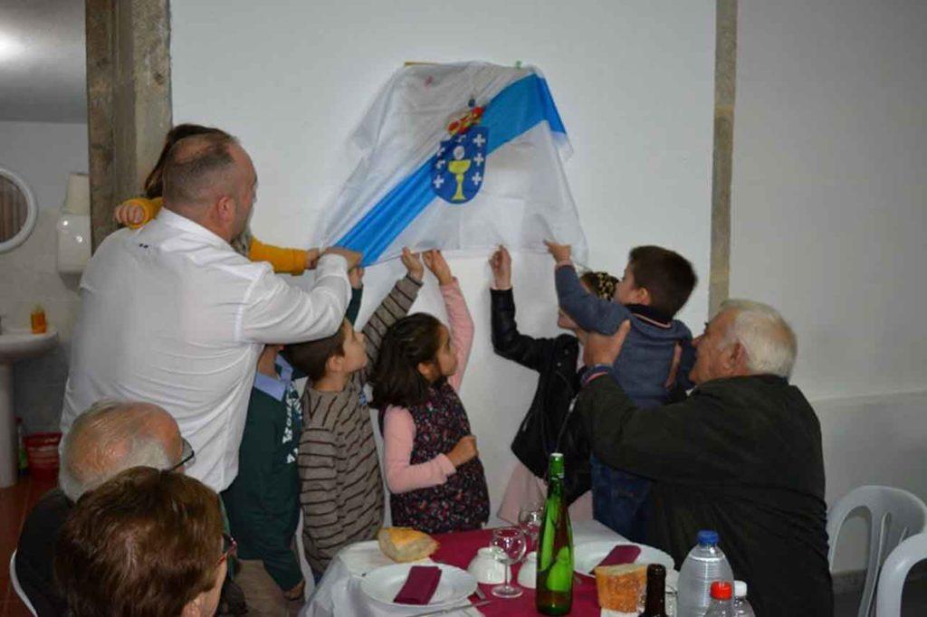 Los más jóvenes de Liñaio, con el alcalde negreirés, descubrieron una placa conmemorativa de este centenario escolar.