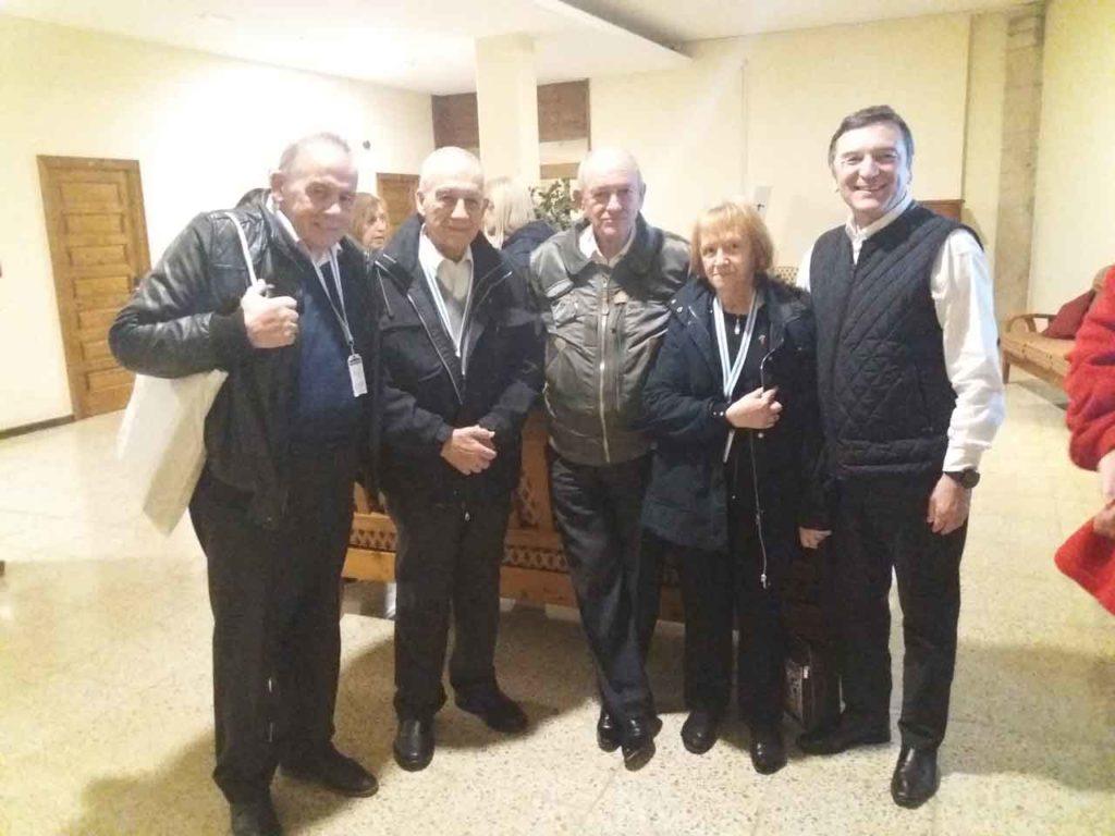 Carlos Ameneiras (1º), Bernardo Rey (3º) y José María Vila (5º), junto a otros gallegos de Argentina.