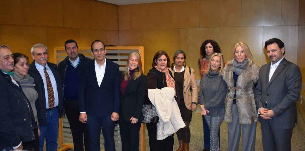 El secretario xeral y la delegada de la Xunta posan con los representantes de la Fevega y el matrimonio retornado en la oficina de Vigo.