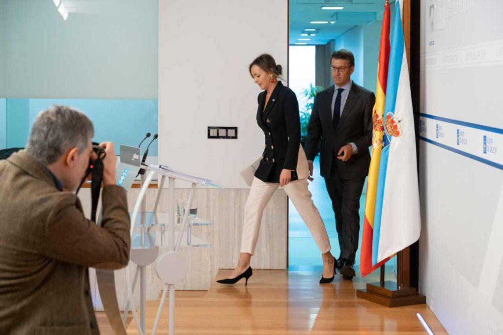 Núñez Feijóo y la conselleira de Política Social, Fabiola García, a su llegada a la rueda de prensa posterior al Consello de la Xunta.