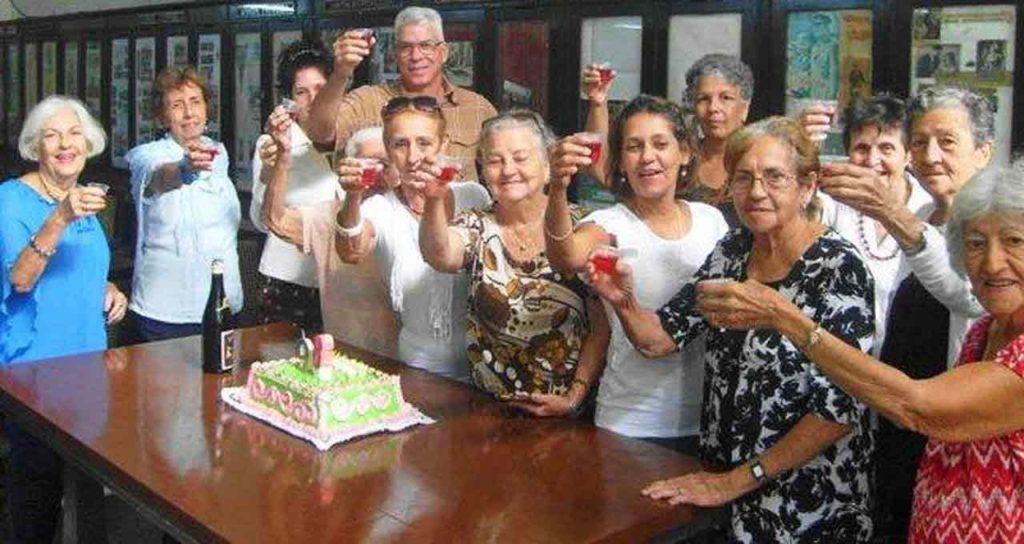 La celebración por el 98º aniversario finalizó con una fina tarta de cumpleaños y un brindis.