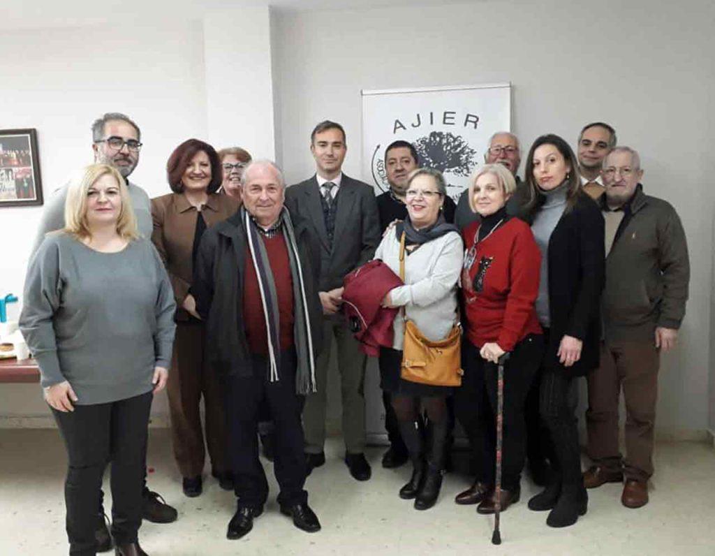 Amós García, centro, con los directivos de Ajier y de otras entidades de emigrantes retornados que acudieron al acto.