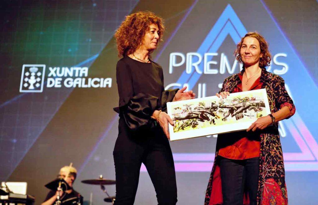 Begoña González, derecha, recibiendo el Premio da Cultura Galega.