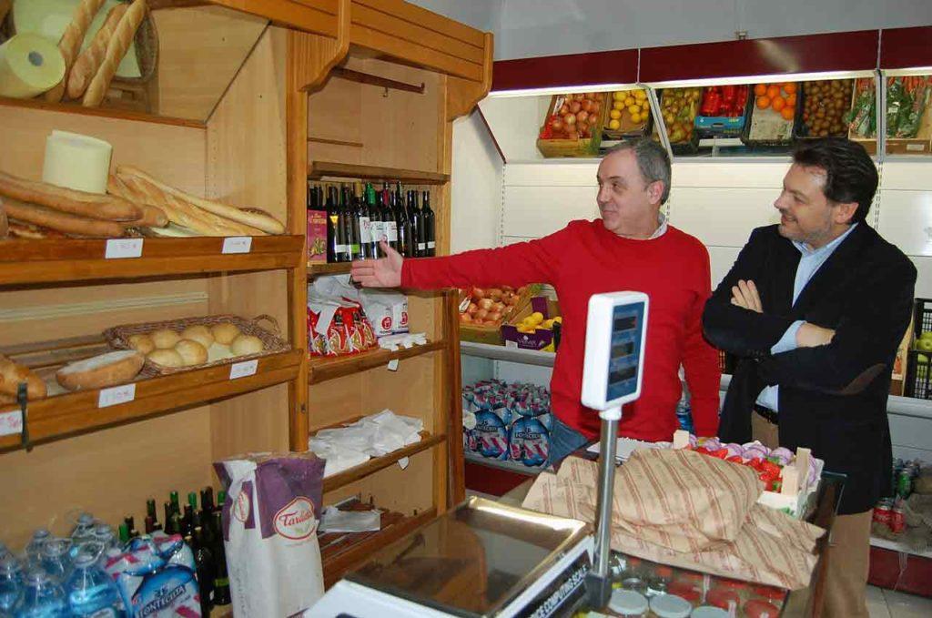 José Antonio Cota mostrándole el establecimiento que ha puesto en marcha.