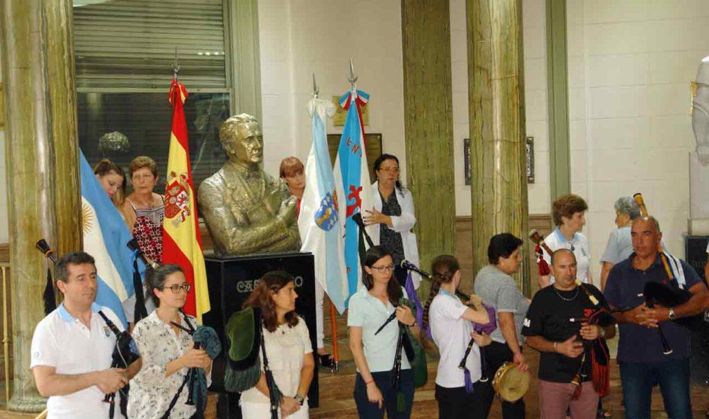 El busto de Castelao, rodeado por las banderas de Argentina, España, Galicia y el Centro Gallego.