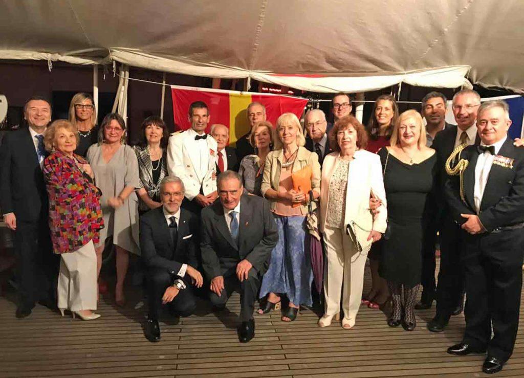 Autoridades de la colectividad española durante la recepción celebrada a bordo el viernes 27 de diciembre.