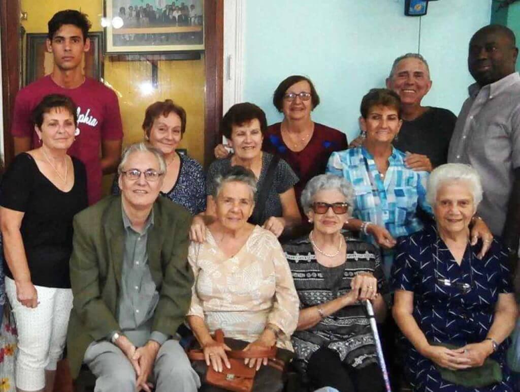 El presidente Raúl Parrado (sentado) celebró con directivos, emigrantes y asociados de la Colonia Leonesa de Cuba el Día Internacional del Migrante.