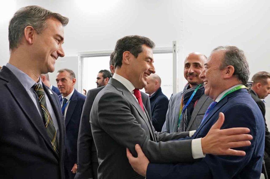 Juan Moreno, acompañado por Amós García, saludando a uno de los representantes de las casas andaluzas.