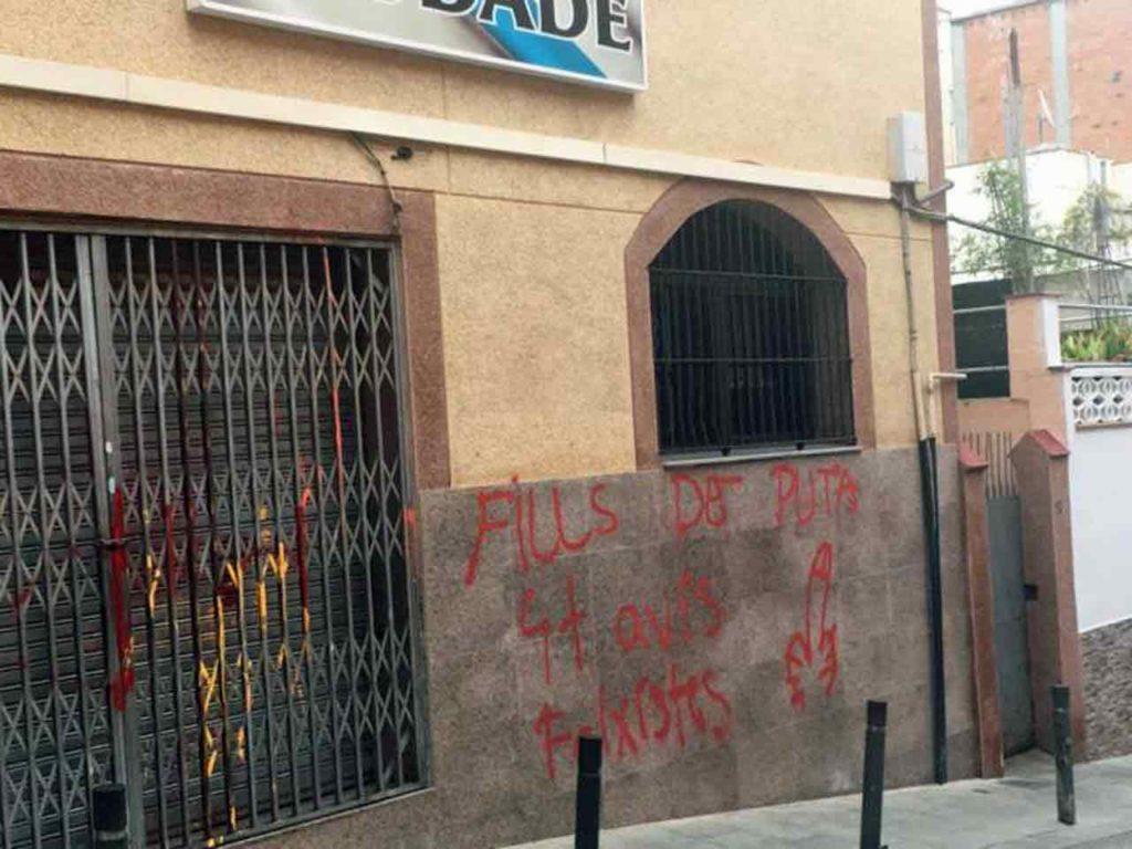 Así apareció la fachada de la Agrupación Cultural Galega Saudade de Barcelona.