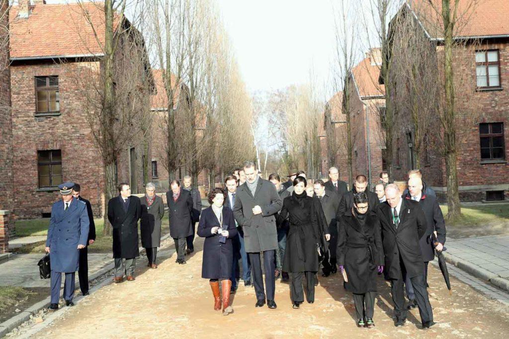 Los Reyes, junto el resto de autoridades, durante el recorrido por el campo de concentración y exterminio Auschwitz 1.
