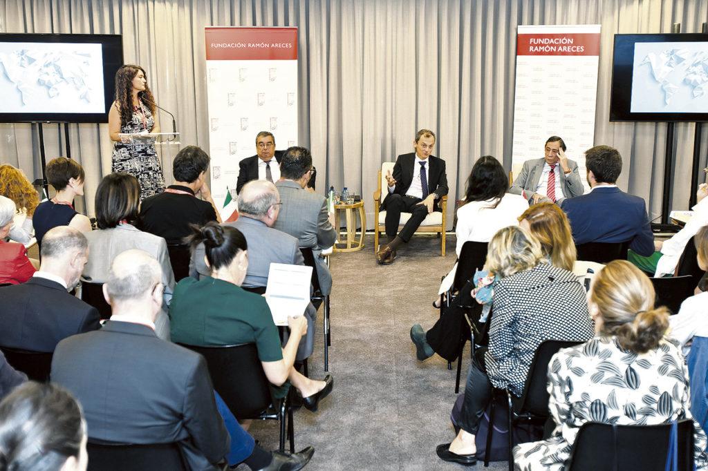 Jornada de diplomacia científica organizada por RAICEX en Madrid en septiembre de 2019, con la presencia del ministro de Ciencia, Pedro Duque (sentado, en el centro).